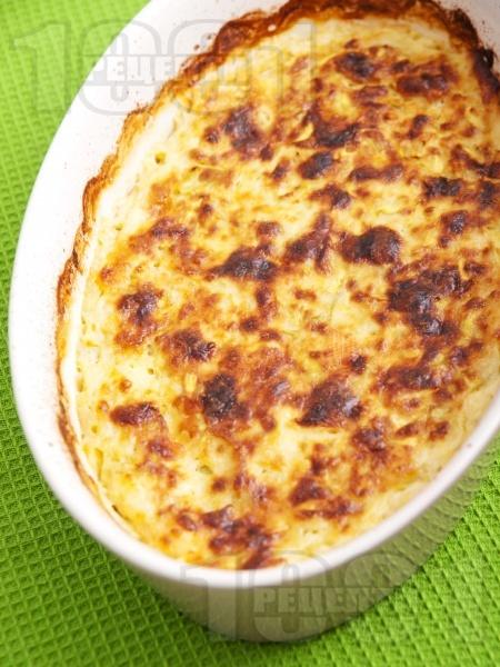 Огретен от тиквички, яйца, сирене и кашкавал със заливка от сос Бешамел запечен на фурна - снимка на рецептата